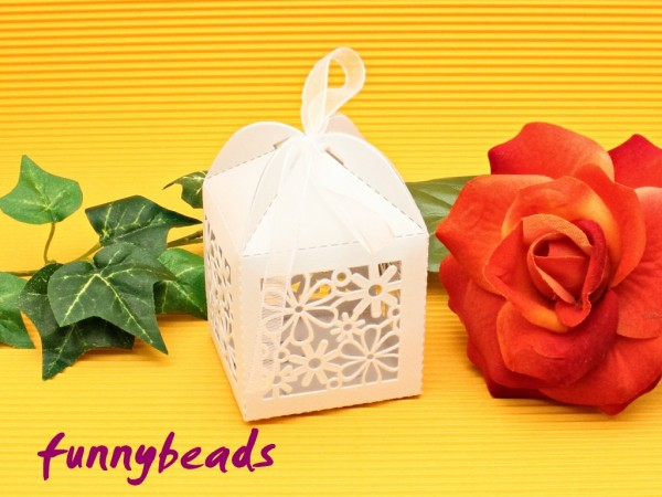 Geschenkbox Blumen weiß mit Organzaband